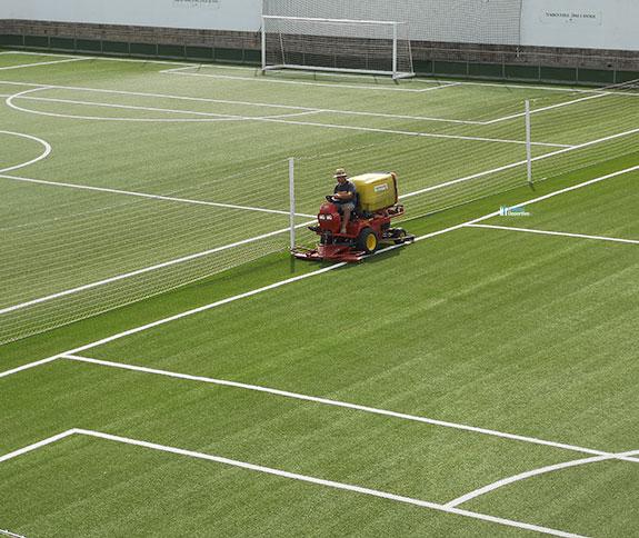 mantenimiento de cesped artificial para campos de futbol