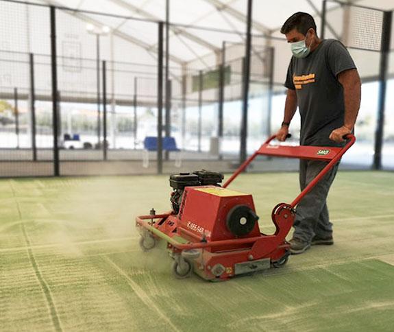 mantenimiento para cesped artificial de pistas de padel